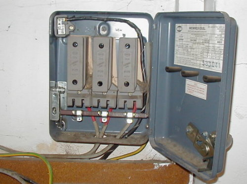 bad wiring in store uk ecn electrical forums rh electrical contractor net 3 Phase Ground Fault Breaker 3 Phase Ground Fault Breaker